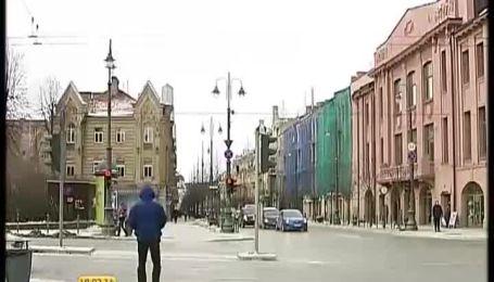 Вильнюс - город со столами и стульями на крышах