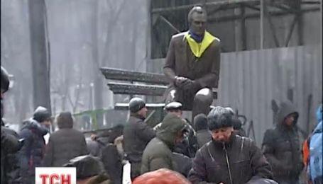 Монумент Валерію Лобановському знаходиться просто на вході до стадіону Динамо