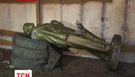 У Лисичанську чоловік скинув пам'ятник Леніну