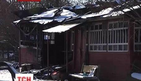 Вооруженный мужчина пытался сжечь любовника жены в доме