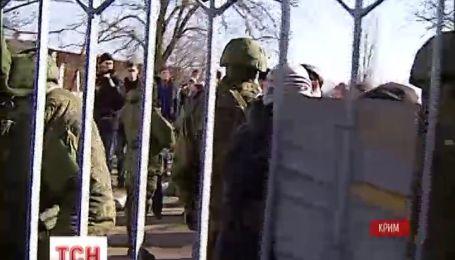 Российские военные не покидают паромную переправу в Керчи