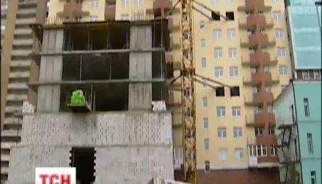 В Киеве, несмотря на запрет суда, в центре возводят строительство