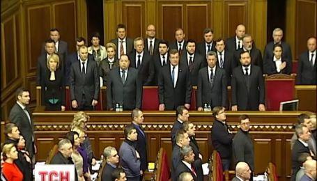 Доки президент не злітає в Росію, конституцію в Україні не змінюватимуть