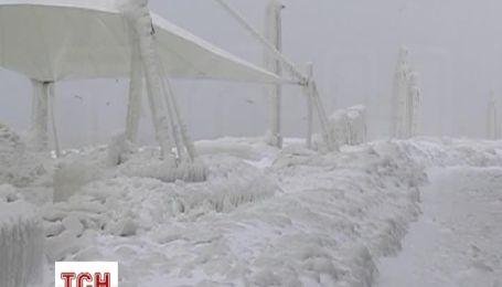 Непогода накрыла одесскую набережную белым льдом