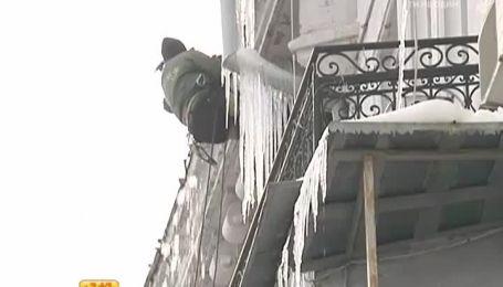 Из-за погоды украинцам угрожают сосульки