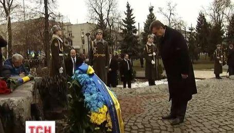 Виктор Янукович почтил память воинов-интернационалистов