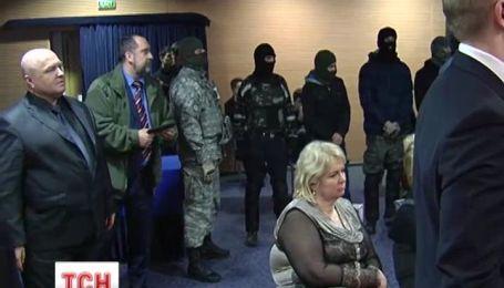 """Бойцы """"Правого сектора"""" в масках ворвались на совет адвокатов Украины"""