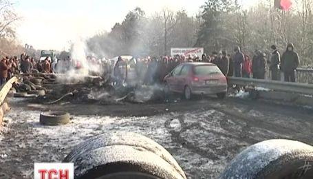 Во Львове заблокировали международную трассу