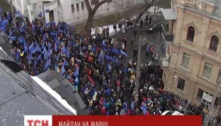 """Біля офісу """"1+1"""" колона учасників Євромайдану заспівала гімн України"""
