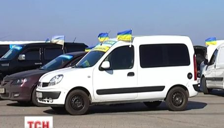 «Беркутовцы» под российскими флагами обстреляли автопробег, есть жертва