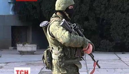 Симферополь заполонили вооруженные военные, а по улицам ездили БТРы
