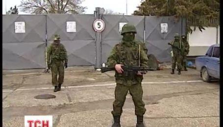 Вооруженные боевики требуют от украинских солдат служить России