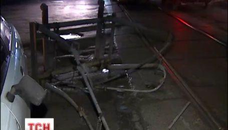 В Киеве трамвай развалился на ходу, повредив автомобиль