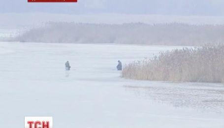Пожилого рыбака вытащили из ледяной воды на Днепропетровщине