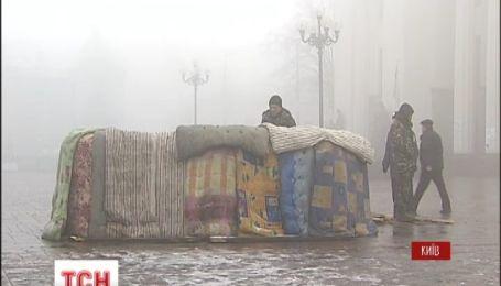 Майдановцы продолжают караулить под Верховной Радой с покрышками