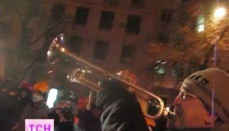 Харьковчанин игрой на трубе поддерживал украинцев во время штурма