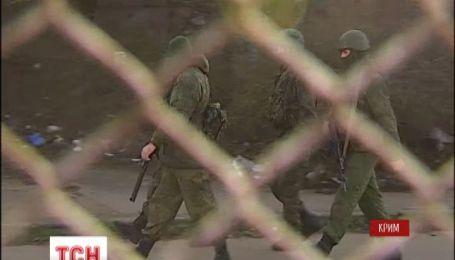 Украинские моряки защищены мирными жителями и оружие не сдают
