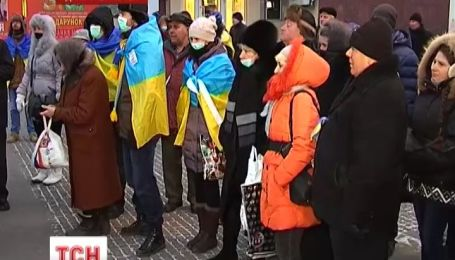 В Днепропетровске прошел митинг в масках с ведрами на голове