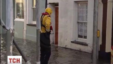 Великобритания страдает из-за мощного шторма, транспортная система в параличе