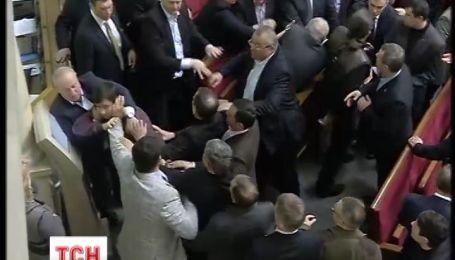Депутати бійками до крові та без обговорень прийняли бюджет