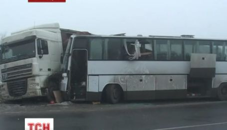 На Чернігівщині автобус повний людей в'їхав у стоячу фуру