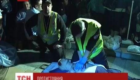 Медики учат волонтеров оказывать медицинскую помощь