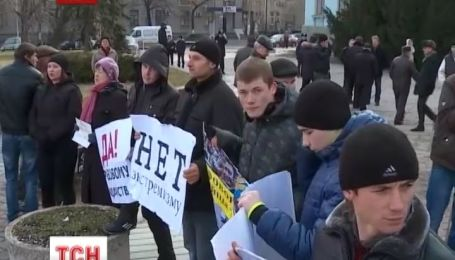 Живой цепью встали на защиту Совета министров Крыма симферопольские сторонники власти