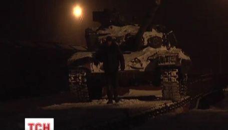 На станции Чернигов-Северный на платформах стоит тройка танков Т-64