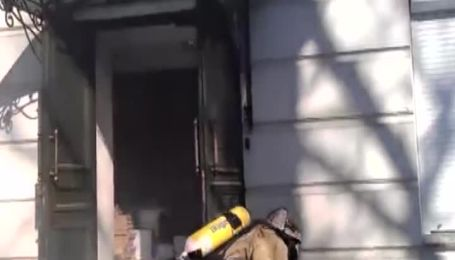 Силовики звільнили від активістів офіс регіоналів, пожежники локалізували пожежу в будинку