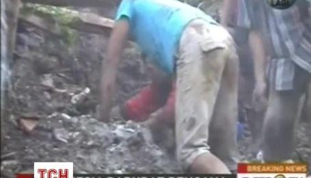 Зсув накрив кілька будинків в Індонезії