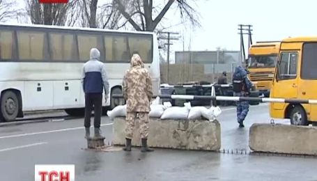 На въезде в Крым дежурят вооруженные мужчины с пулеметом