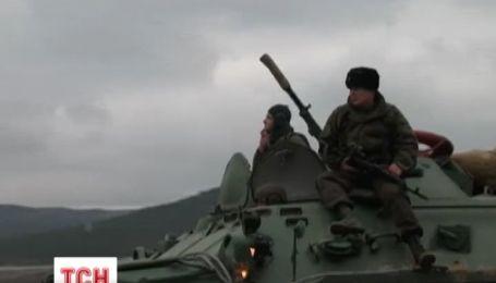 Невідомі озброєні бойовики блокують військові об'єкти України в Криму
