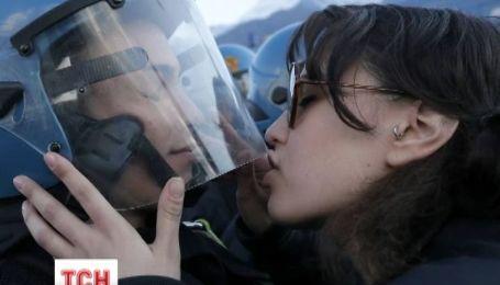 За поцелуй правоохранителя - в суд