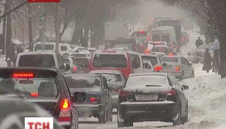 Снігопад паралізував життя чотирьох областей України