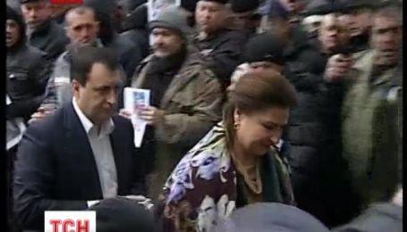 Внимание митингующих возле ВР сконцентрировано на кадровом вопросе