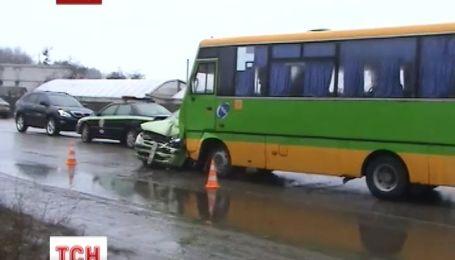 В Харькове автобус сбил 18-летних сестер-близняшек
