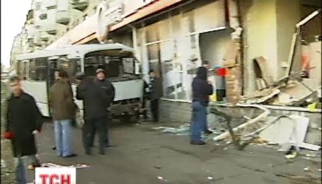 У Києві мікроавтобус перевірив на міцність п'ятиповерхівку