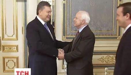 Виктор Янукович заверил американских сенаторов в проведении честного и прозрачного расследования разгона Евромайдана