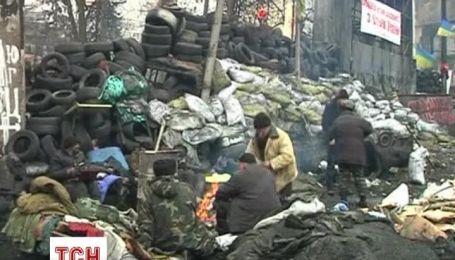 Митингующие продолжают защищать баррикады на Грушевского