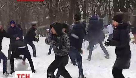 В Днепропетровске более 200 человек устроили снежную битву