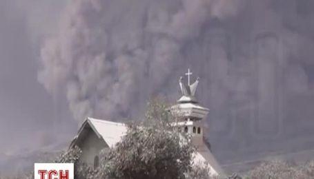 Индонезийский вулкан привлекает туристов и выгоняет из домов местных