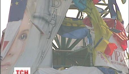На елке Евромайдана нашли повешенного покойника