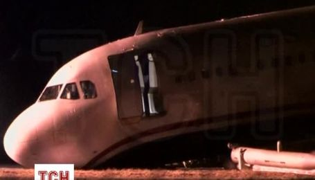 В США пассажирский самолет носом врезался в землю