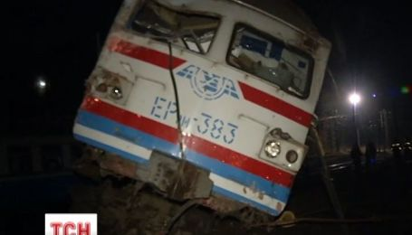 Електричка Фастів-Київ урізалася у військовий ЗИЛ і зійшла з колій