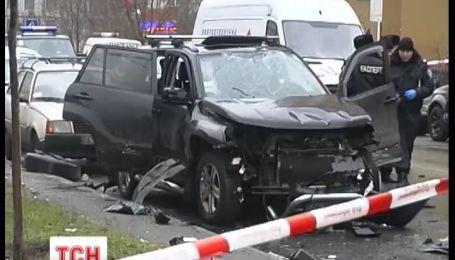 У Києві підірвався позашляховик