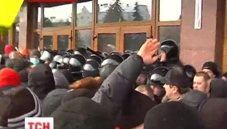 Мітингувальники взяли штурмом нові облдержадміністрації