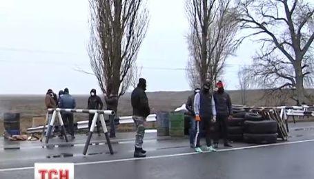 Вооруженные гражданские устроили блокпосты на въезде Крыма