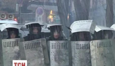 В Киеве протестующие и силовики продолжают противостояние на улице Грушевского