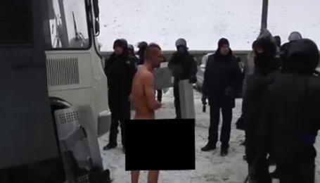 Силовики на Грушевського фотографували абсолютно голого чоловіка на лютому морозі