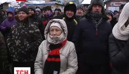 """Евромайданивцы аплодисментами встретили отмену """"диктаторских"""" законов"""